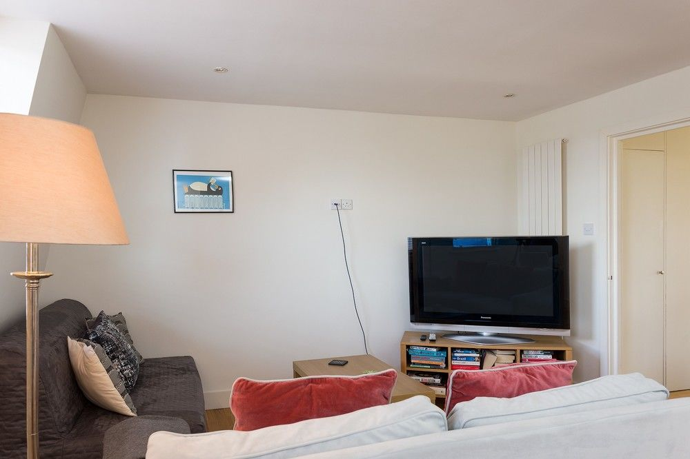 1 BEDROOM APARTMENT IN MAIDA VALE WITH TERRACE